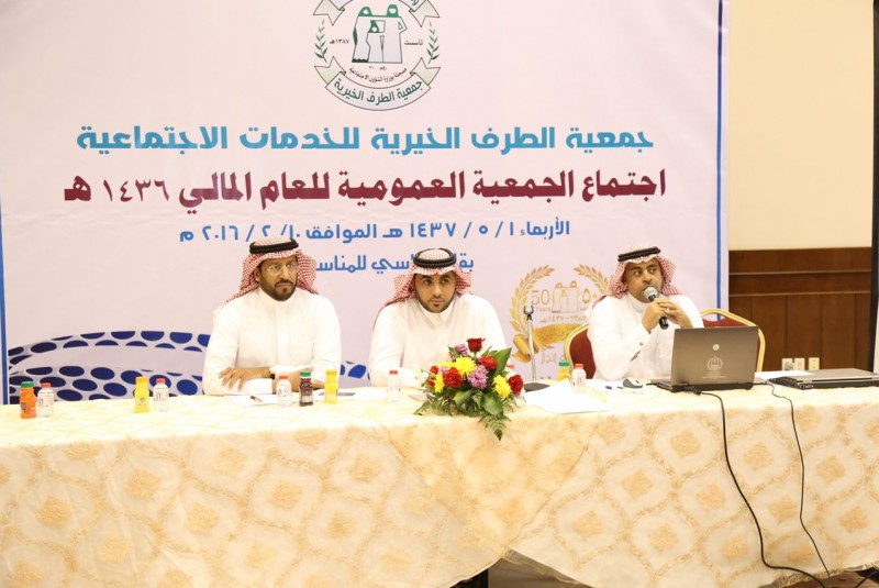 بلدية محافظة بقيق تضع مصدات زراعية لحماية الهجر من زحف الرمال