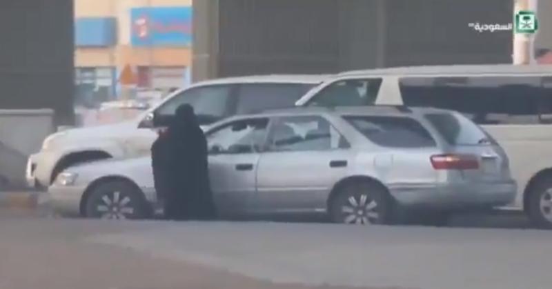 """الإطاحة بزعيم المتسولين """"مهدد"""" طاقم القناة السعودية"""