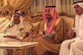 بالصور .. خادم الحرمين يزور الشيخ الثنيان بمنزله