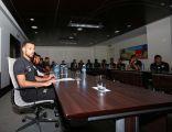 """"""" الصفراء """" يجتمع بلاعبي هجر في مقر إقامة الفريق في الدوحة"""