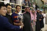 """الأمير عبدالله بن نايف يتوج قائد برشلونة بكأس """"سلمان عام من الحزم والأمل"""""""