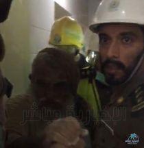 بالصور : إنقاذ رجل ستيني من تحت أنقاض سور بقصر إبراهيم الأثري بالأحساء