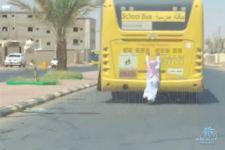 بالفيديو سقوط طالب من حافلة مدرسية بـ #تبوك