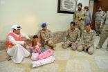 القوات المشتركة للتحالف تُسلم طفلة يمنية للحكومة الشرعية استخدمها مليشيا الحوثي كدرع بشري بميدان المعركة