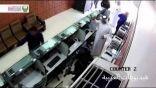شاهد بالفيديو .. فلبينية تحاول سرقة محل صرافة بأبوظبي