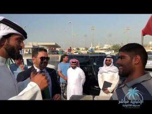 نجل ملك البحرين يمازح شقيقين يعملان ببيع الأسماك ويوجه بفتح مطعم لهما