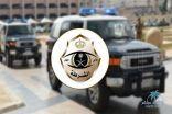 """#شرطة_القصيم تضبط مواطناً ومقيماً خالفا الإجراءات الوقائية بممارسة """"الحلاقة"""""""