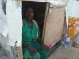 بالصور .. في #الأحساء : عامل يعيش داخل غرفة خشبية .. في ظروف مأساوية