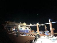 حرس الحدود يساعد قارباً كويتياً تعطل وسط الخليج العربي