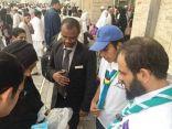 """مدير تعليم مكة """" الحارثي """" يُرشد التائهين في ساحات الحرم"""