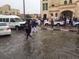 بالصور .. الأمطار تقطع الطريق على المصلين في مساجد #العيون