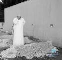 صورة متداولة : الأمير خالد بن طلال يلقي نظرة أخيرة على قبر والده